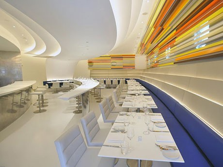 白を基調としたエレガントでモダンな造りの店内©Philip Greenberg