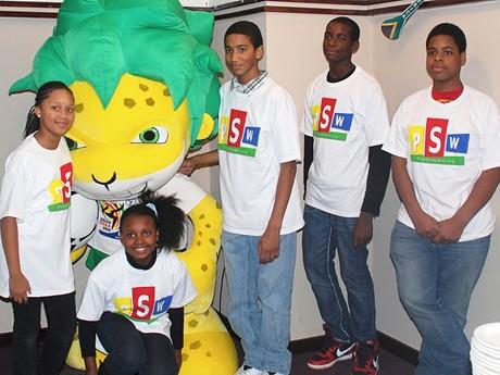 「2010 South Africa NYC World Cup Tournament」マスコットとニューヨークの子どもたち