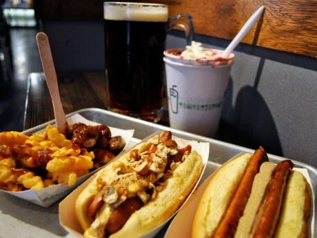 人気ハンバーガー店「シャーク・シャック」が、オクトーバーフェスト特別メニュー「シャクトーバーフェスト」を期間限定で提供。オリジナルのジョッキで、ドラフトビールも販売する。