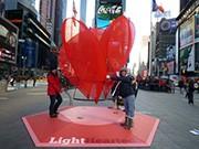 タイムズスクエアに真っ赤なハートのパブリックアート-バレンタインをテーマに