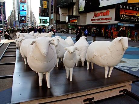 タイムズスクエアに現れた紙で作られた羊の群れ