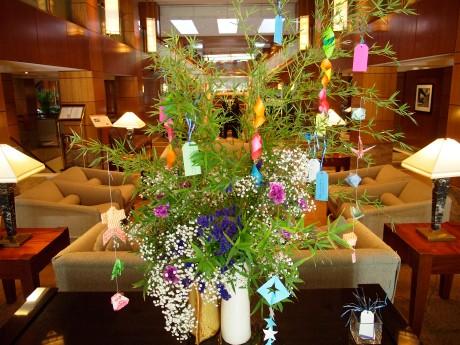 七夕をモチーフに制作された草月流生け花スタイルのササ飾り