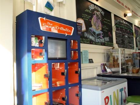 ブルックリン・プロスペクトハイツのアイスクリーム店内に設置された、物々交換専用・自動販売機「Swap-O-Matic(スワップ・オ・マティック)」