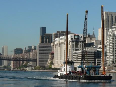 イースト川で潮力発電プロジェクト「RITE」のタービンを運ぶ様子(2008年9月)©Verdant Power, Inc.