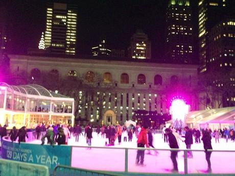 ブライアントパークでスケートを楽しむ人々