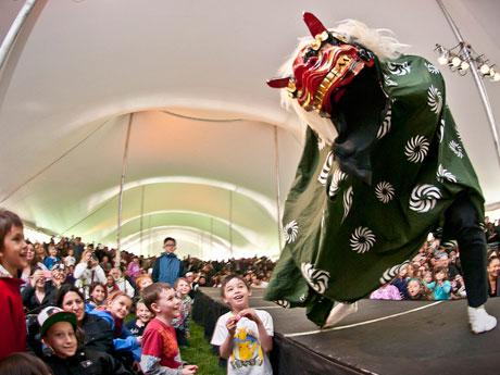 昨年行われた獅子舞踊りの様子