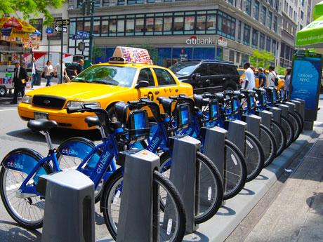マンハッタンに設置されたバイクステーションの様子