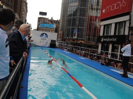 街の中心地で48時間泳ぎ続けたナイアドさん