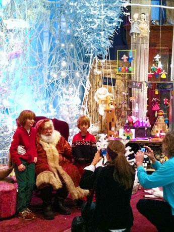 サンタクロースとの撮影会には大勢の家族が訪れた