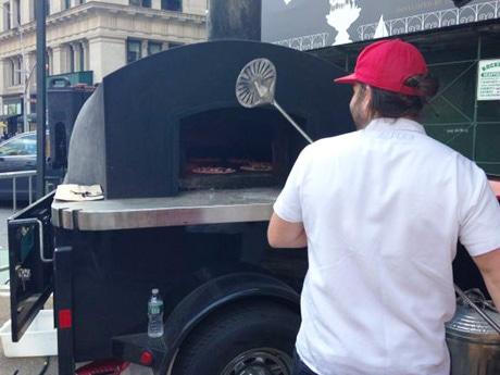 石窯で焼いた熱々のピザは大人気