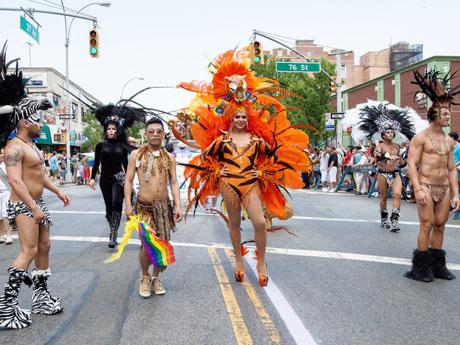 ドラァグクイーンが参加したパレード