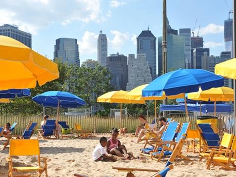 マンハッタンのウォール街を一望できる野外プール Photo by Julienne Schaer