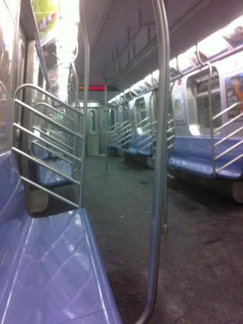 地下鉄は24時間空いているため、深夜や早朝の車内は空いている