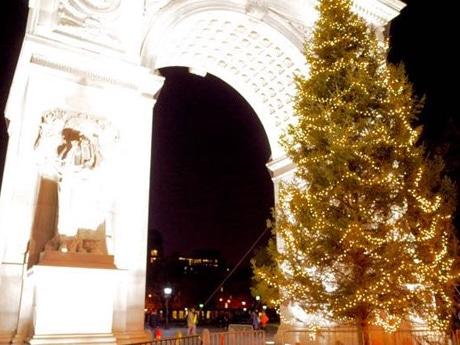 クリスマスツリーを囲んで歌を歌って祝う