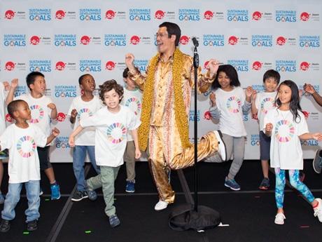 UNISの子供達と踊るピコ太郎さん