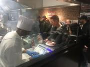 初日から賑わう店内。カット場でステーキを注文する来店者