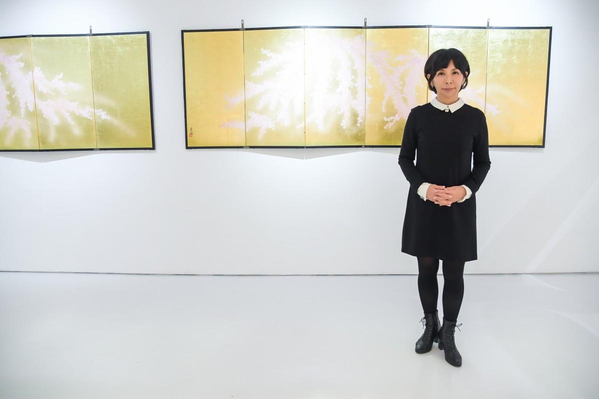 日本画の魅力を海外に発信したいと意気込みを語る山岸さん (c) Ben Gabbe / gabbegroup for Onishi Gallery
