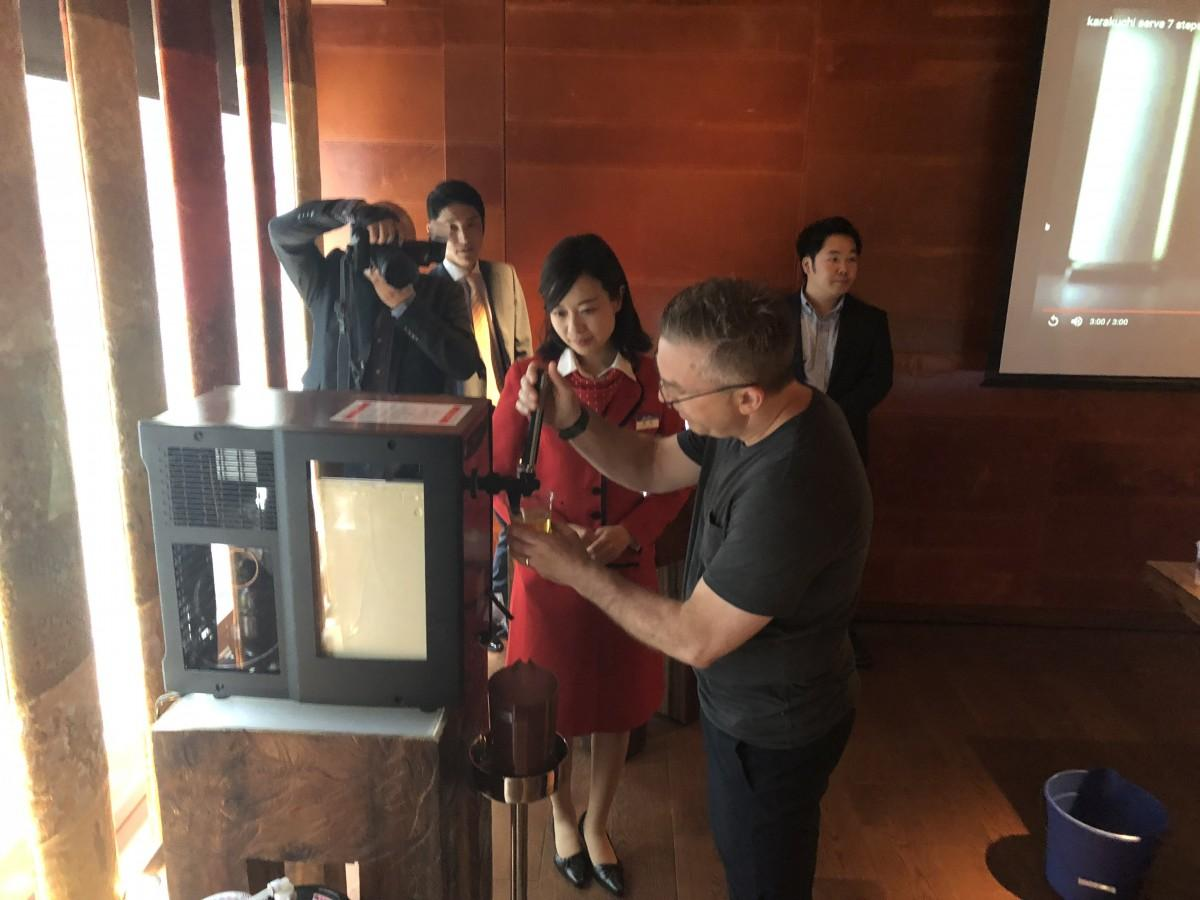 参加者に美味しい生ビールの注ぎ方を教える北海道工場ツアーガイドの源新さほりさん