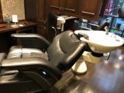 全自動の日本製バーバーチェア。一度椅子に座ればシャンプー時にも席を移動することはなく完了できるように設計されている。