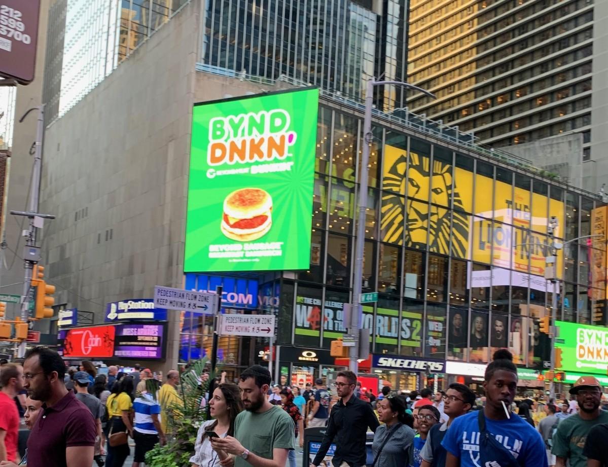 タイムズスクエアのダンキン「ビヨンド・ソーセージ」電子広告
