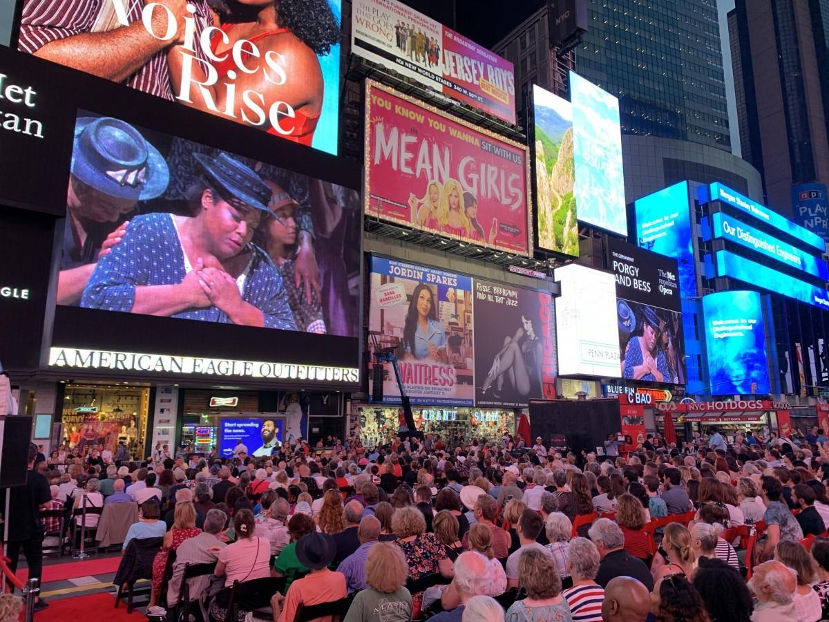 タイムズスクエアで行われたパブリックビューイングの様子