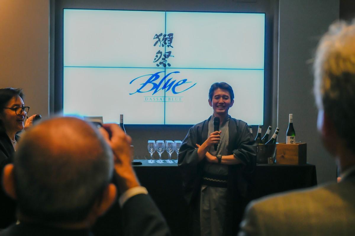 新商品「獺祭Blue」を発表する社長の桜井一宏さん