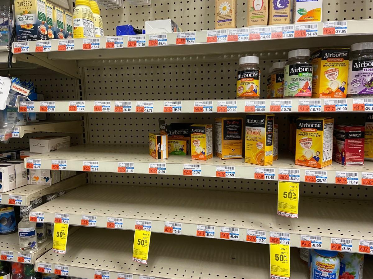 風邪薬が売り切れとなっている市内のドラックストアの棚