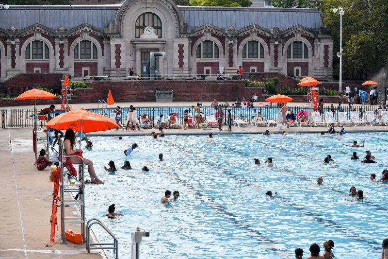 プールで楽しむ人々(写真=「NYC Department of Parks & Recreation公式ウェブサイト」より)