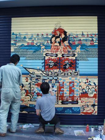 江戸城内外をいくつも山車が練り歩く山王祭を描いた浮世絵。少ない色数で華やかな祭りを表現している。