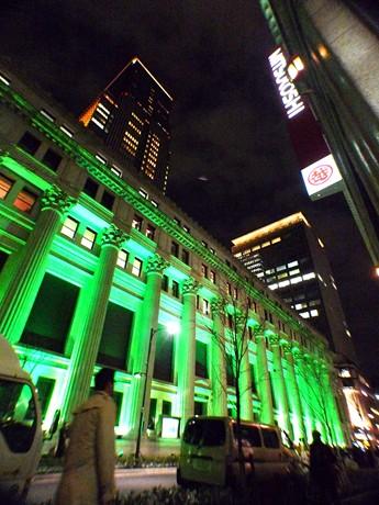 グリーンに輝く重要文化財・三井本館。後ろはコレド室町