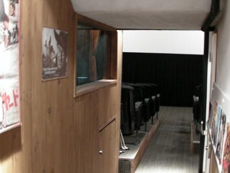 「三日月座」地下にある試写室「Base KOM」