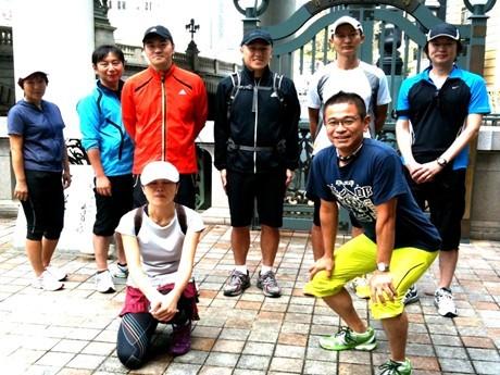 東海道1.5次ツアーの参加者。手前右が代表の塚田秀伸さん