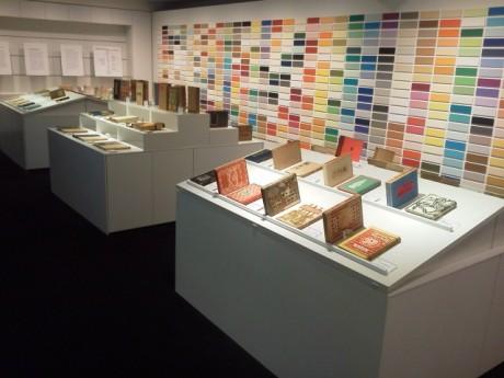書籍の形態が洋本形式に変化した明治期から昭和初期にかけて活躍した作家の初版作品51点を展示