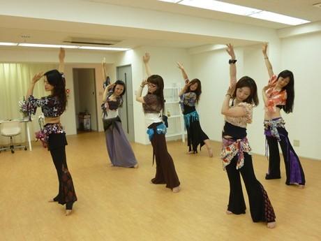 きらびやかな衣装をまとい、エキゾチックなアラブ音楽に合わせて踊るベリーダンス