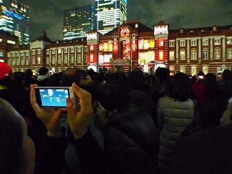 観客はそれぞれスマホやカメラを取り出し、駅舎に映し出される光の芸術を撮影した