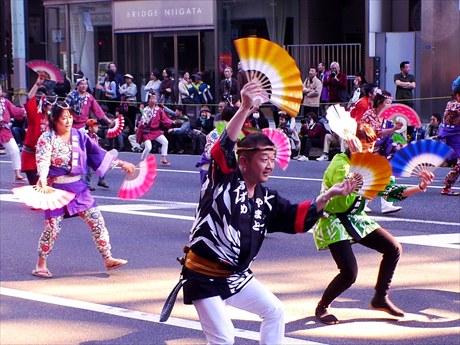 中央通りを3000人が練り歩き。写真は「仙臺すずめ踊り」