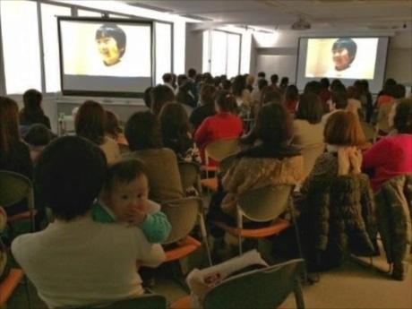 ほぼ満席の会場。赤ちゃん連れの観客も。