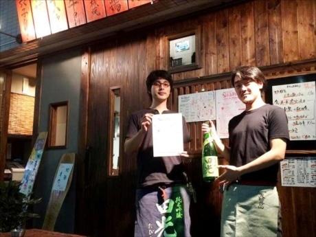 参加店舗の一つ、日本酒バル「炉端ぺし」の中村店長と発起人の佐々木邦秀さん