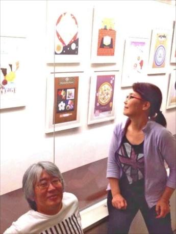 作風の異なる異色のコンビ、イラストレーター・まゆみんさんとグラフィックデザイナー・加藤英一郎さん。