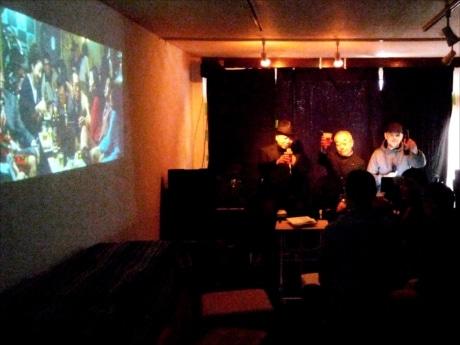 会場では参加者がビール片手に映画談議