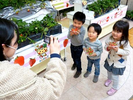摘みたてのイチゴを手に記念撮影