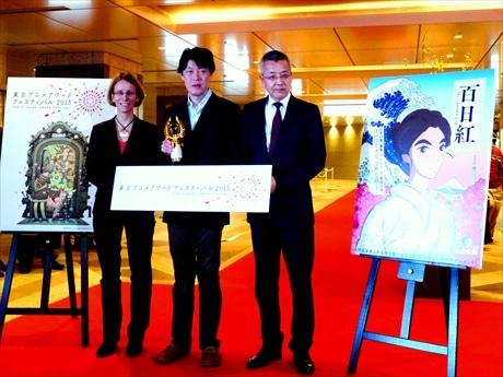 葛飾北斎の娘・お栄を描いた「百日紅(さるすべり)」でアニメドールを受賞した原恵一監督(中央)