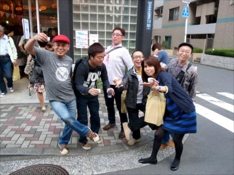 土曜日の昼下がり、日本橋は陽気な日本酒党であふれる