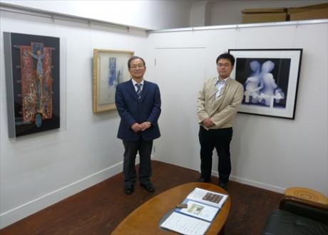 オーナーの戸村正巳さん選択の作品(左、中央)と、長男の力也さん力を入れる高松和樹の作品(右)