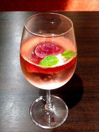 バラの花弁蒸留水をトニックウオーターで割ったものに、バラの形に凍らせたハイビスカスティーの氷とミントの葉を浮かべる