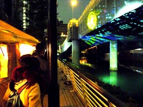 日本橋川上に架かる首都高高架下と橋脚をスクリーンに見立て、映像を照射