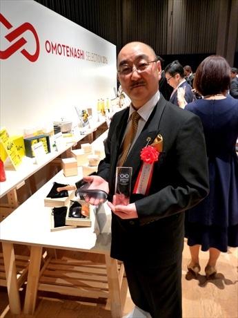 金賞受賞作の一つ「ひねり髪すき」を手にするアートフォルムの橋野浩行さん