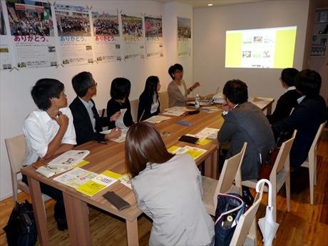 会場には近隣に勤める会社員8人が詰め掛け、岡本さんの話に熱心に聴き入っていた