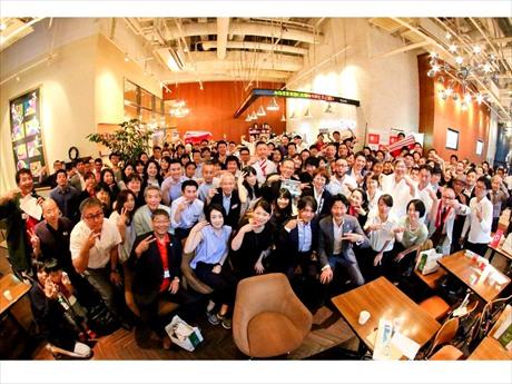 2012年のスタート以来、累計参加者は6000人。日本橋で働く老若男女が集う「アサゲ・ニホンバシ」