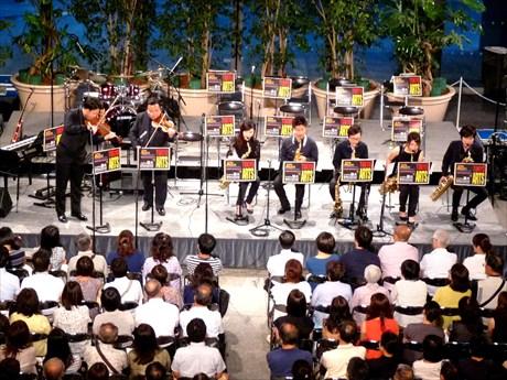 大ベテランと若手二人の演奏に、同大OB、OGを中心メンバーとする「DREAMVIVO JAZZ PRCHESTRA」のサックスフォンチームがサポート